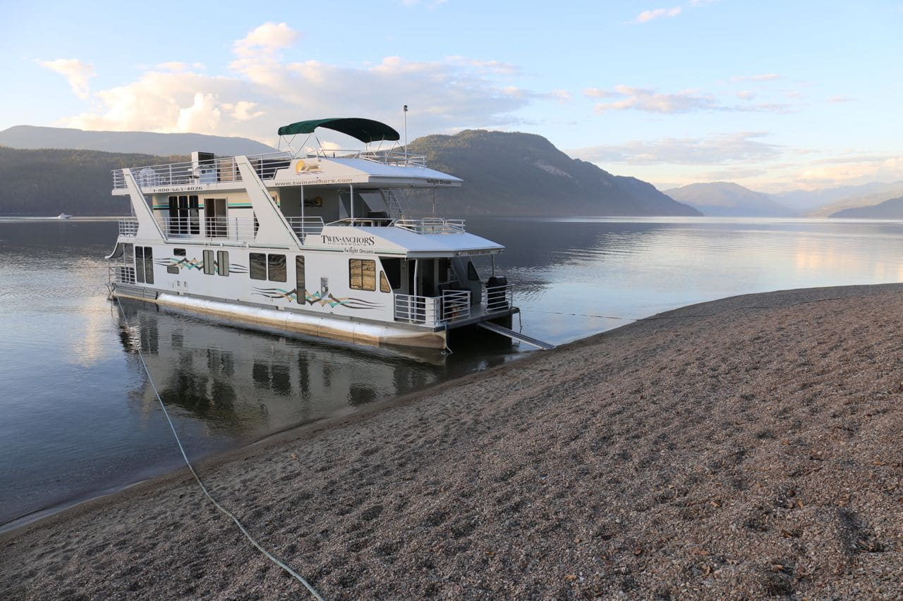 Canadian Road Trip Must-See: hire a houseboat in Shuswap.