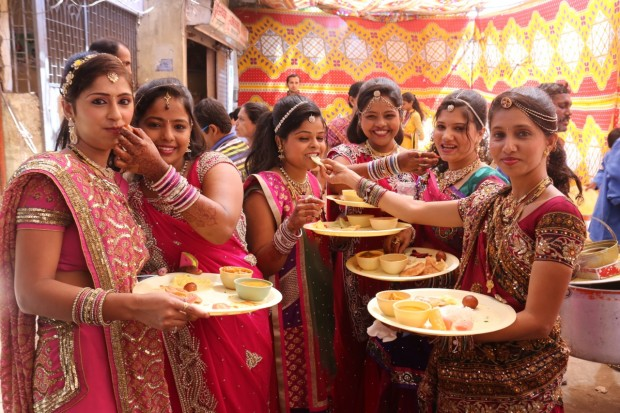 Locals in Mumbai enjoy a homemade Shahi Paneer recipe at a colourful wedding.
