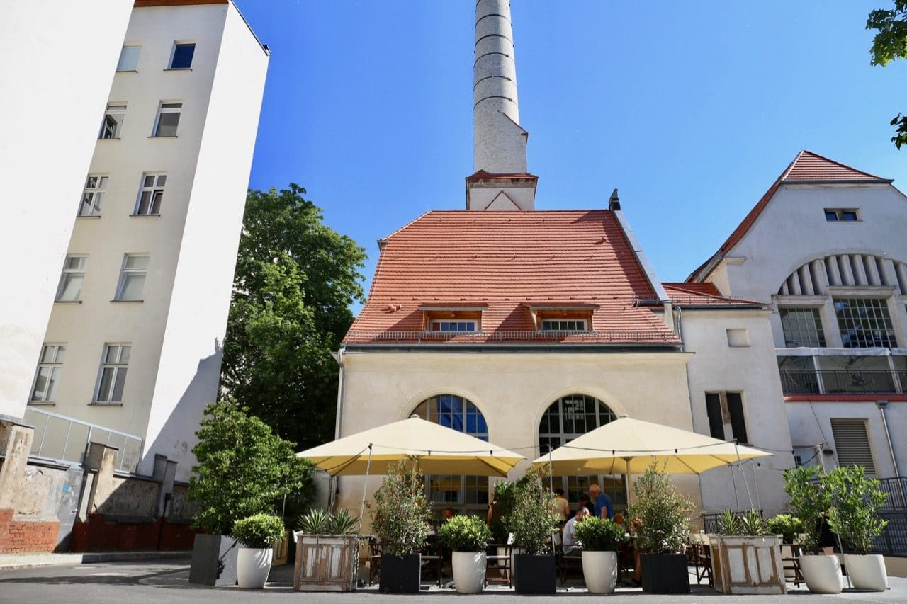 Enjoy breakfast on the Hotel Oderberger Berlin patio.