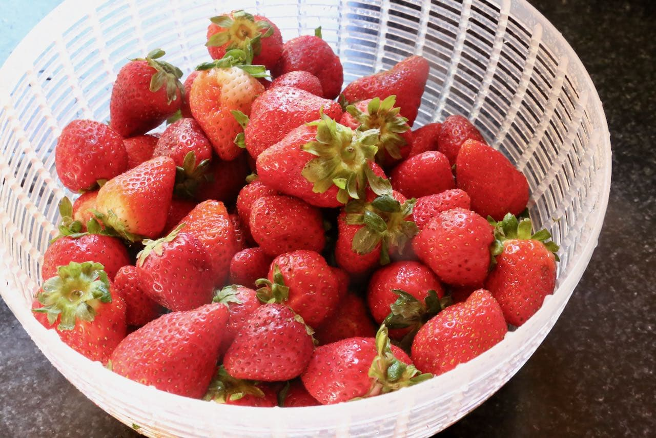 Wash fresh strawberries, remove the stems and slice thinly.