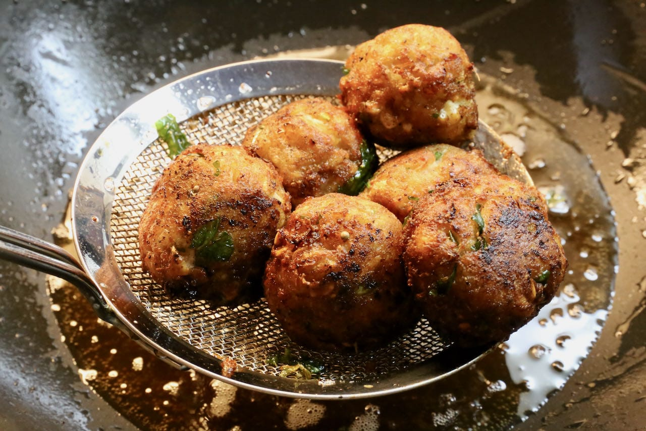 Use a metal slotted spoon to remove hot Malai Kofta balls from oil then let cool on paper towel.