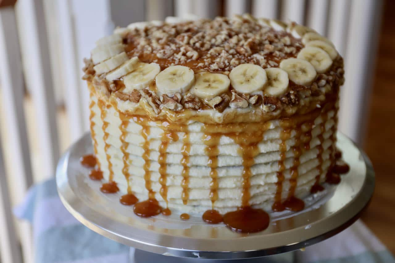 Use an icing comb to create decorative ridges on the side of the cake.